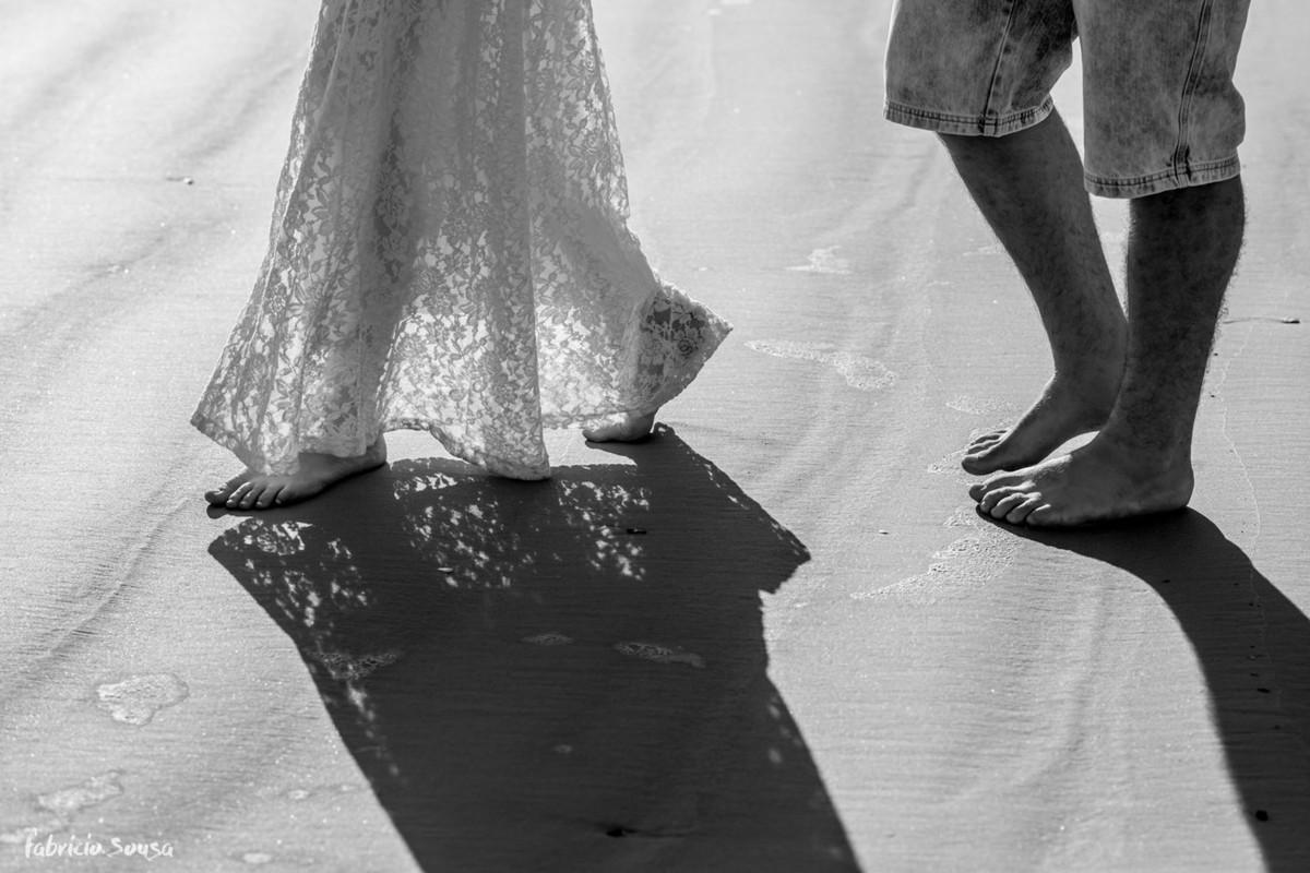 pés na areia em ensaio pre-casamento
