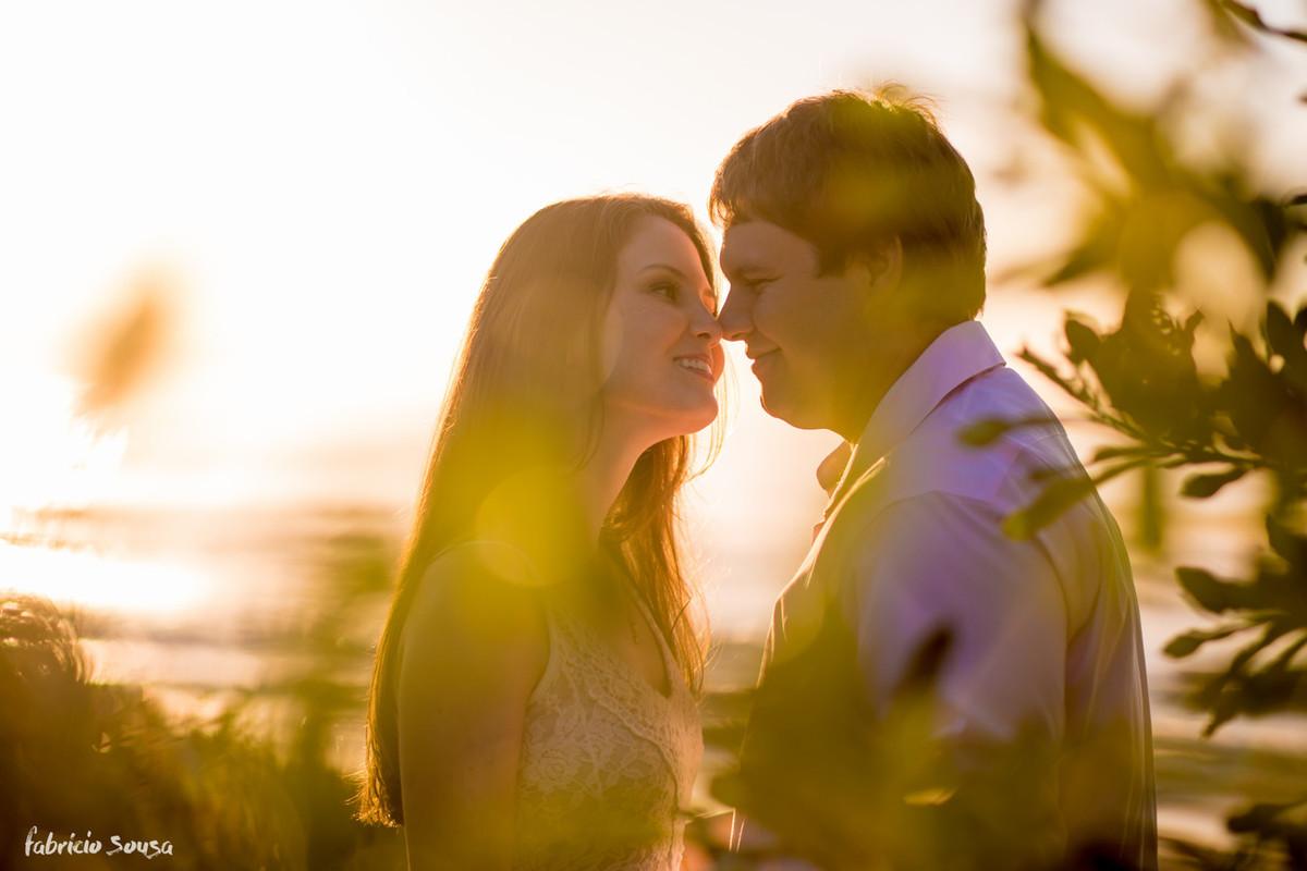 noivos quase se beijando na praia