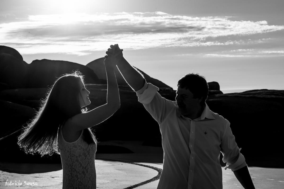 casal dançando na praia