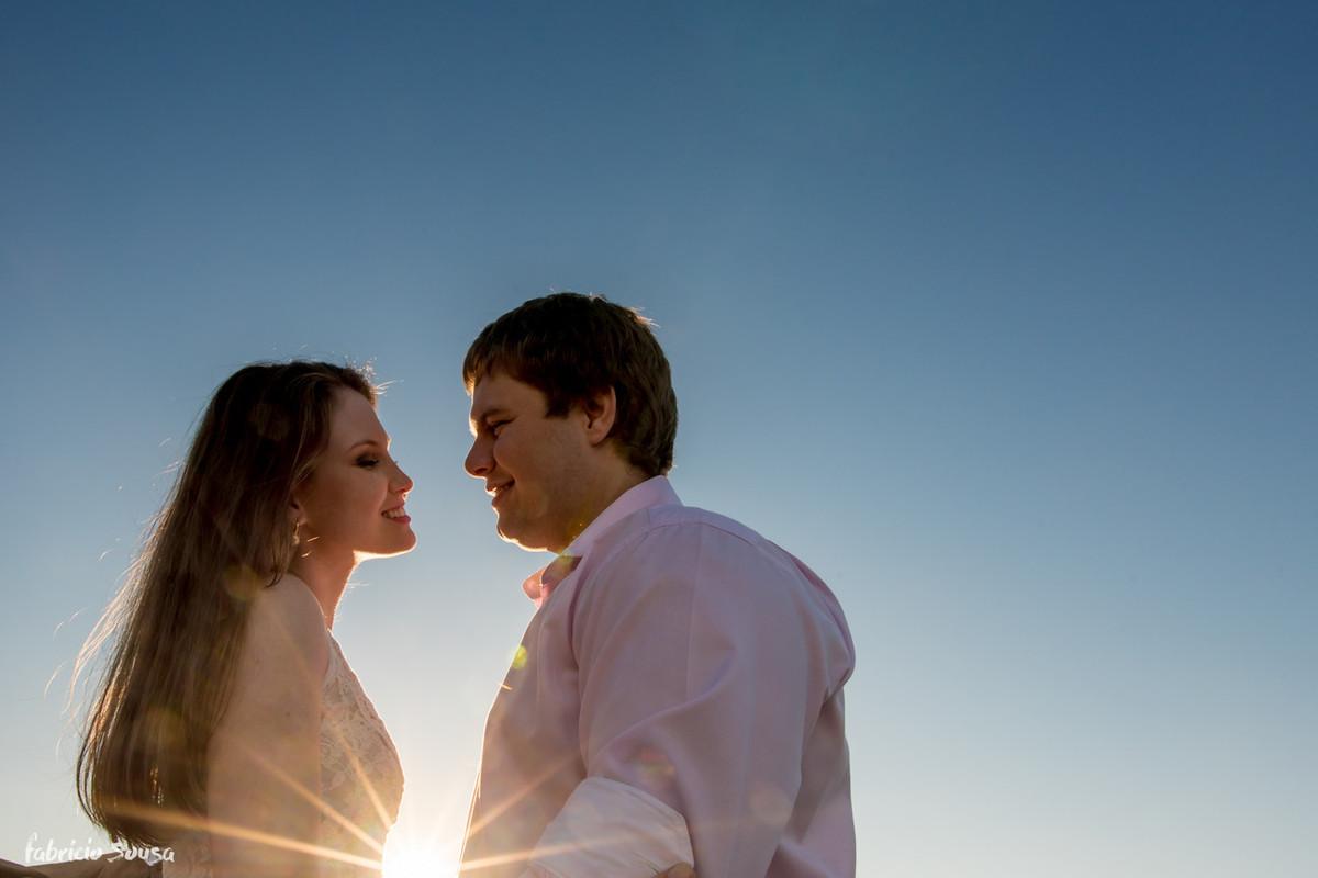 noivos quase se beijam em dia lindo de céu azul
