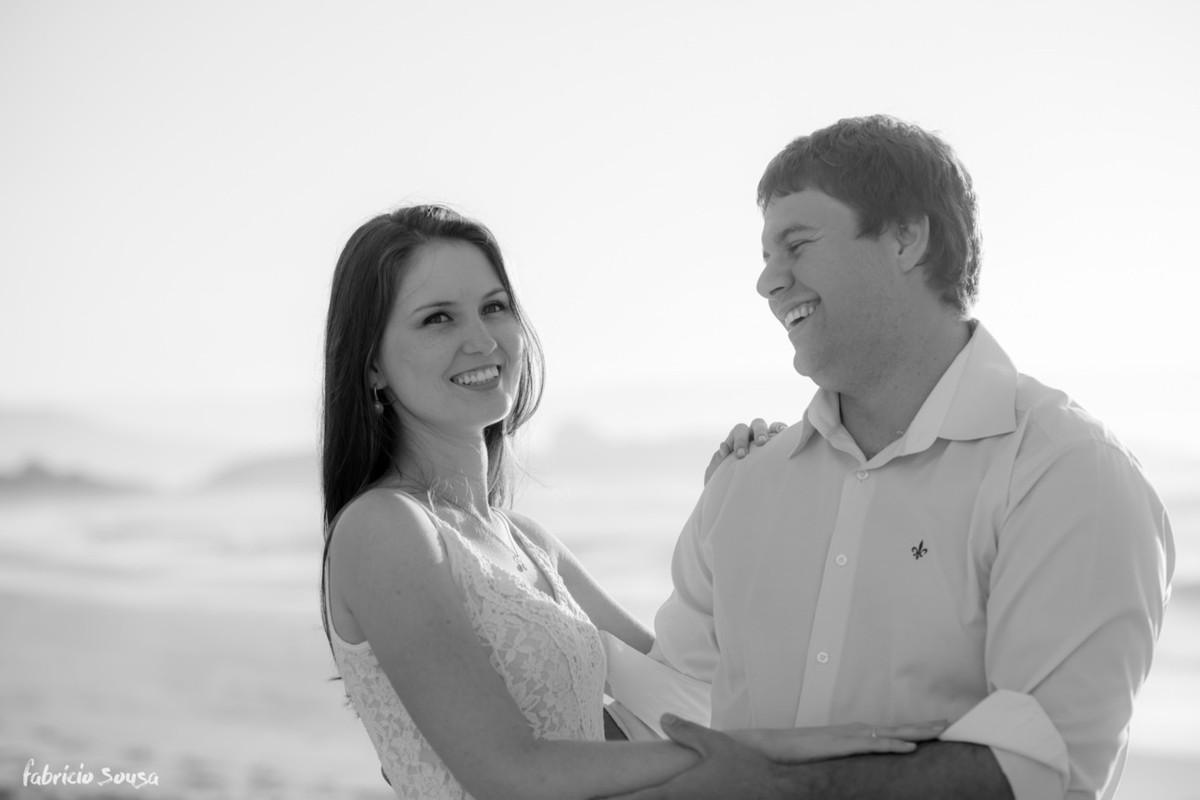 retrato de casal jovem em preto em branco