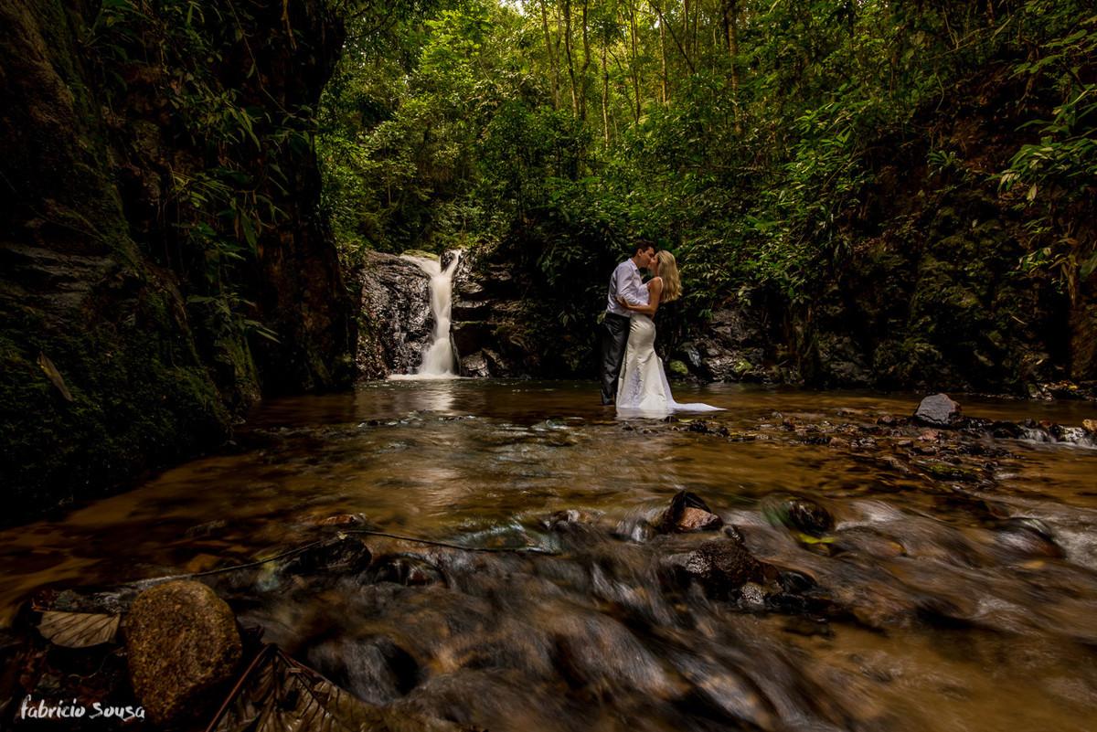 beijo na cachoeira em longa exposição