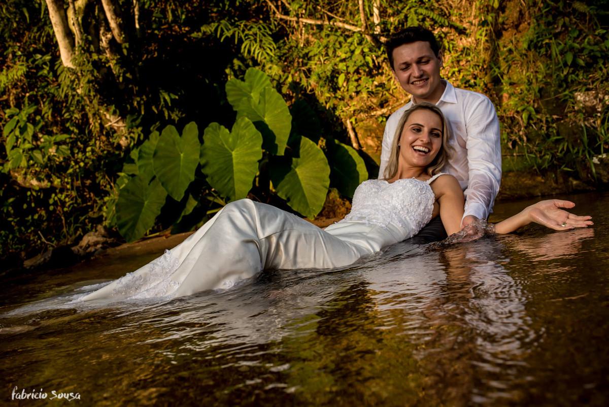 banho de rio no ensaio pós-casamento Helen e Jander - São João Batista/SC - trash the dress