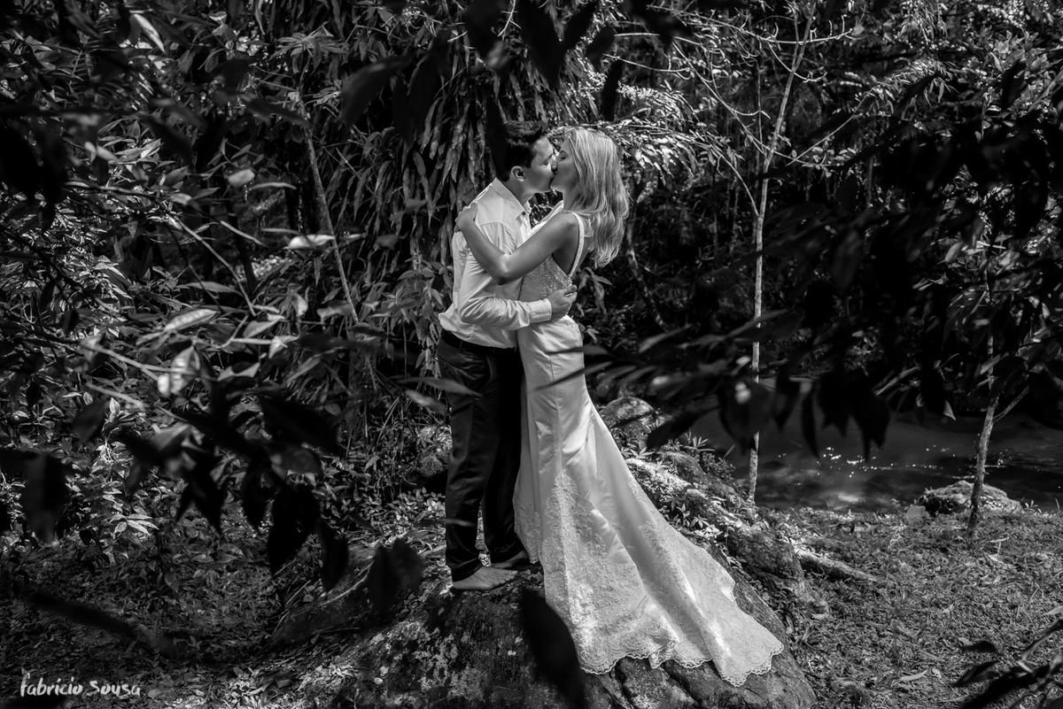 retrato preto e branco dos noivos no ensaio pos-casamento