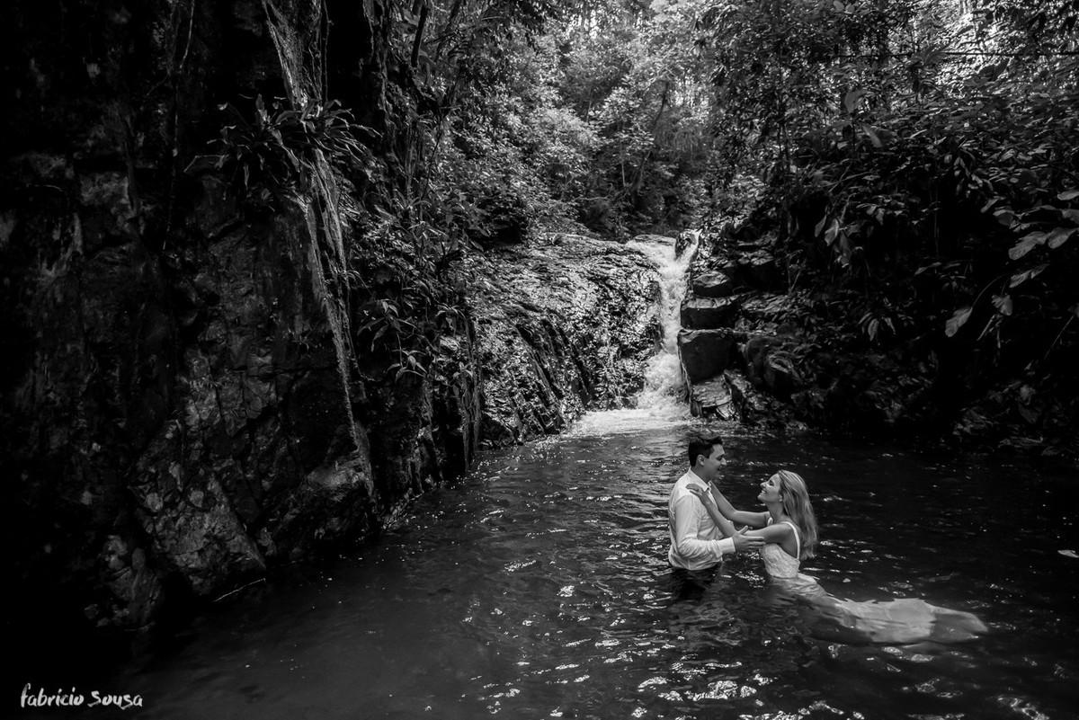 banho de cachoeira dos noivos na sessão fotográfica