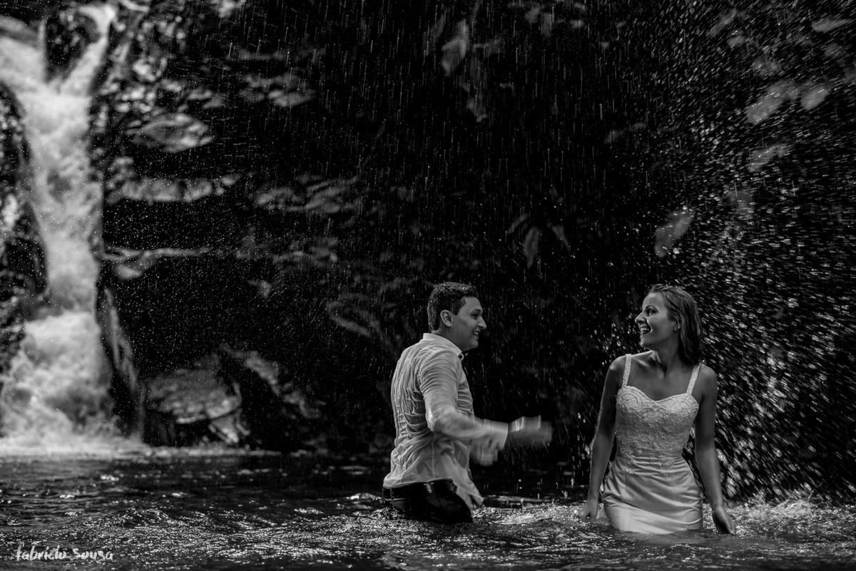 noivo joga água no banho de cachoeira no sítio em São João Batista