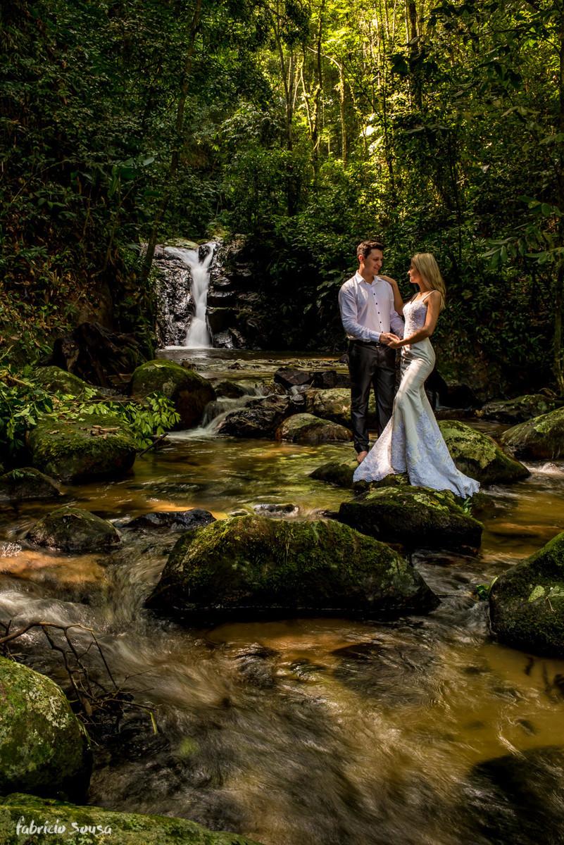 cachoeira e noivos em ensaio trash the dress