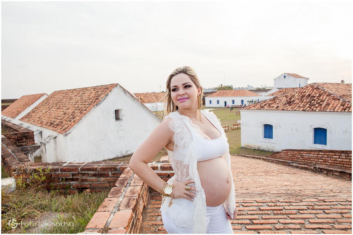 Mulher grávida à espera do filho