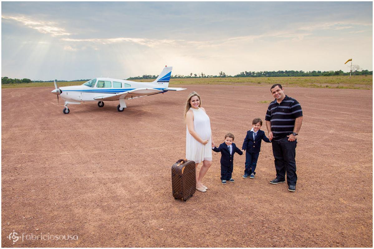 Família Alcolumbre posa para foto na pista do aeroporto próximos a um avião monomotor