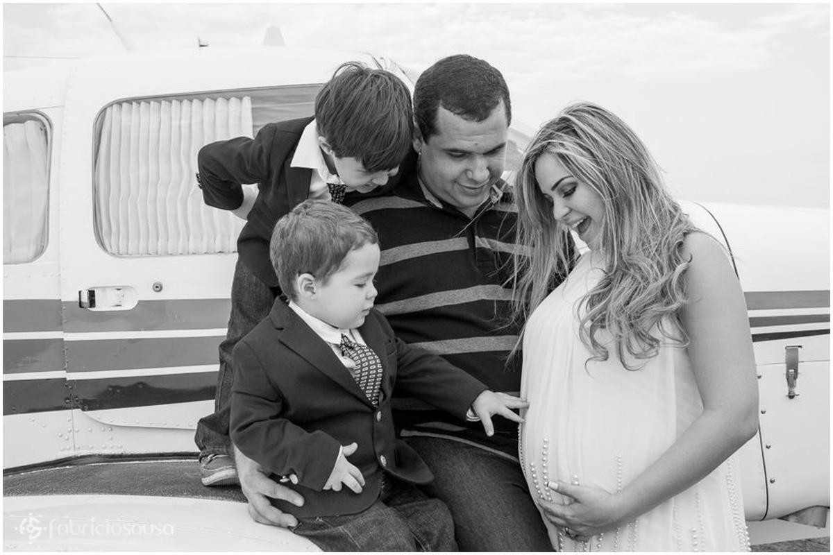 Mamãe grávida mostra barriga pros filhos a espera do irmãozinho preto e branco