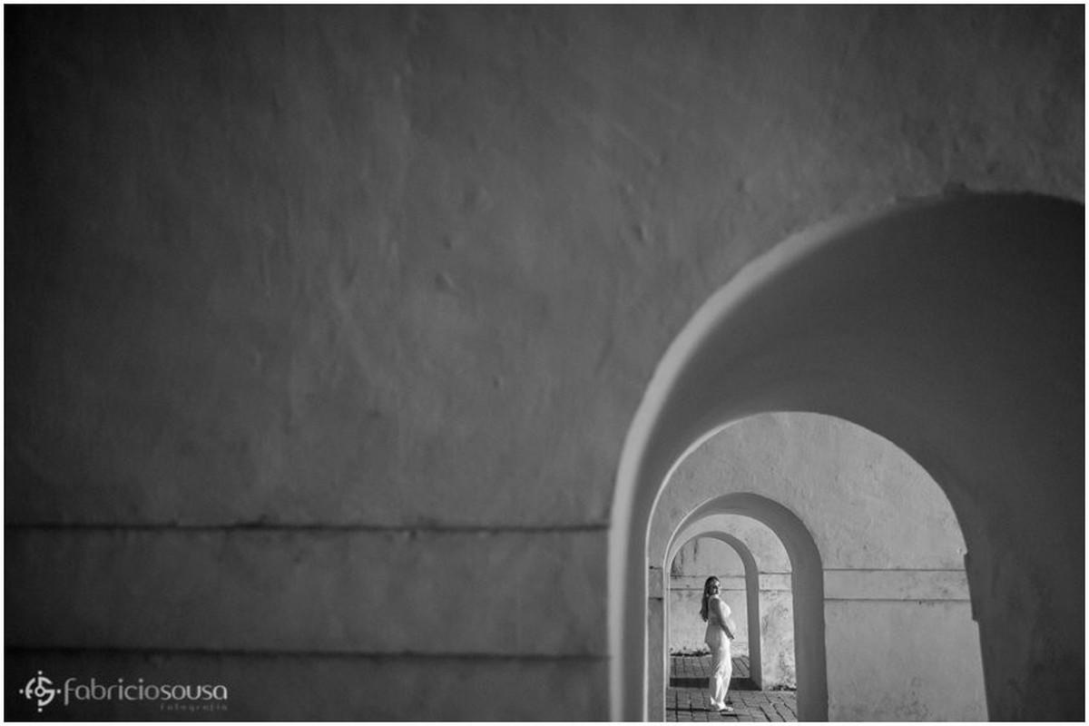 Gestante posa em longo corredor na fortaleza