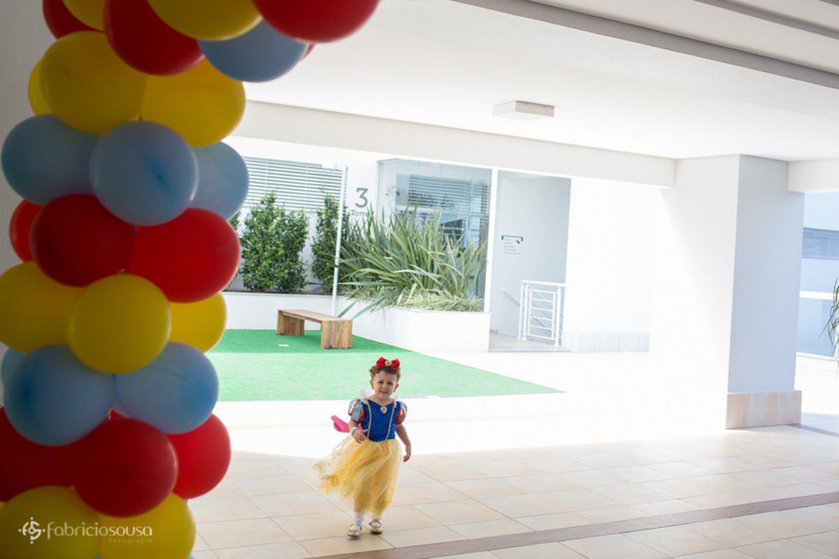 Maria Sofia chegando para o seu aniversário de 3 anos vestida de princesa Branca de Neve