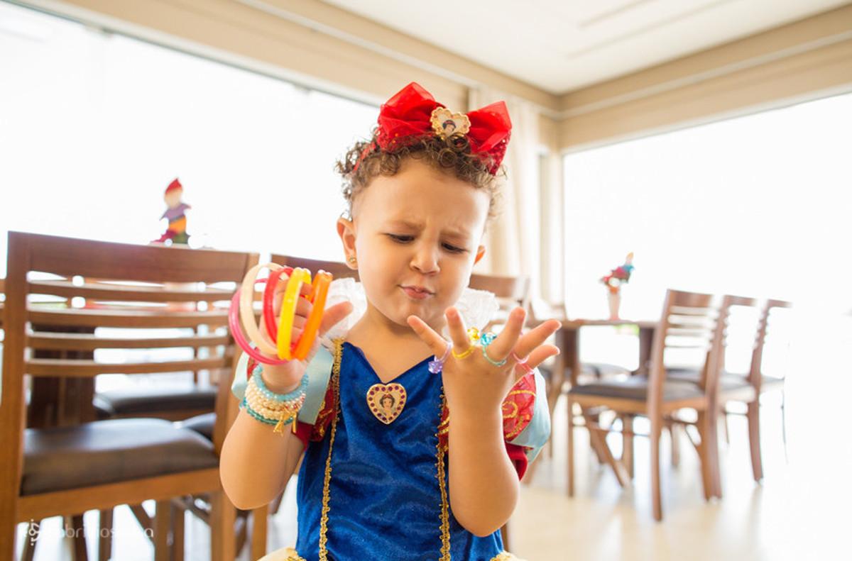 Aniversariante brincando com acessórios infantis