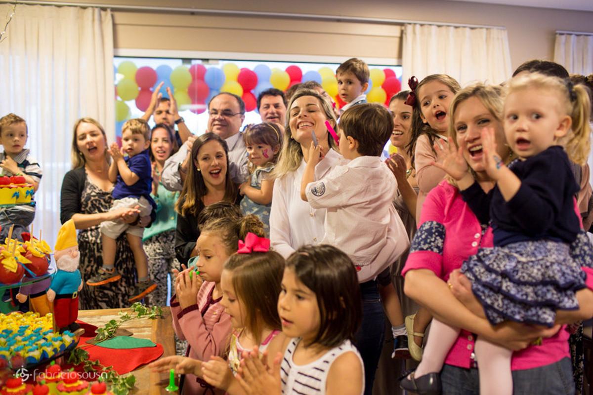 convidados animados cantando parabéns