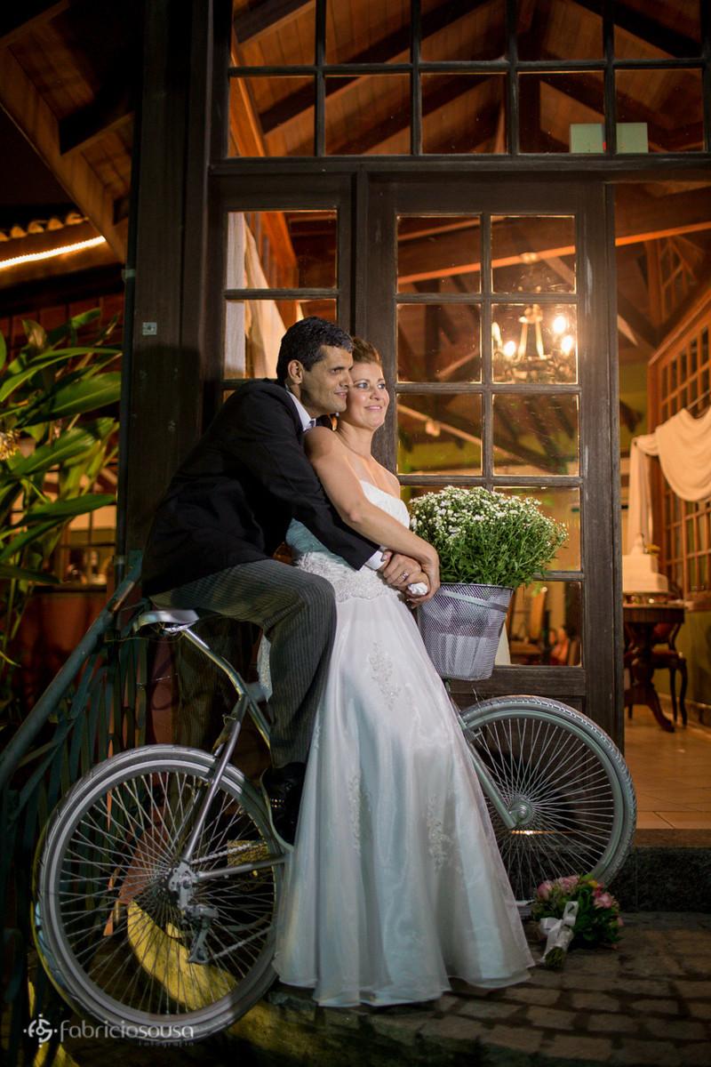 Noivos ciclistas são fotografados