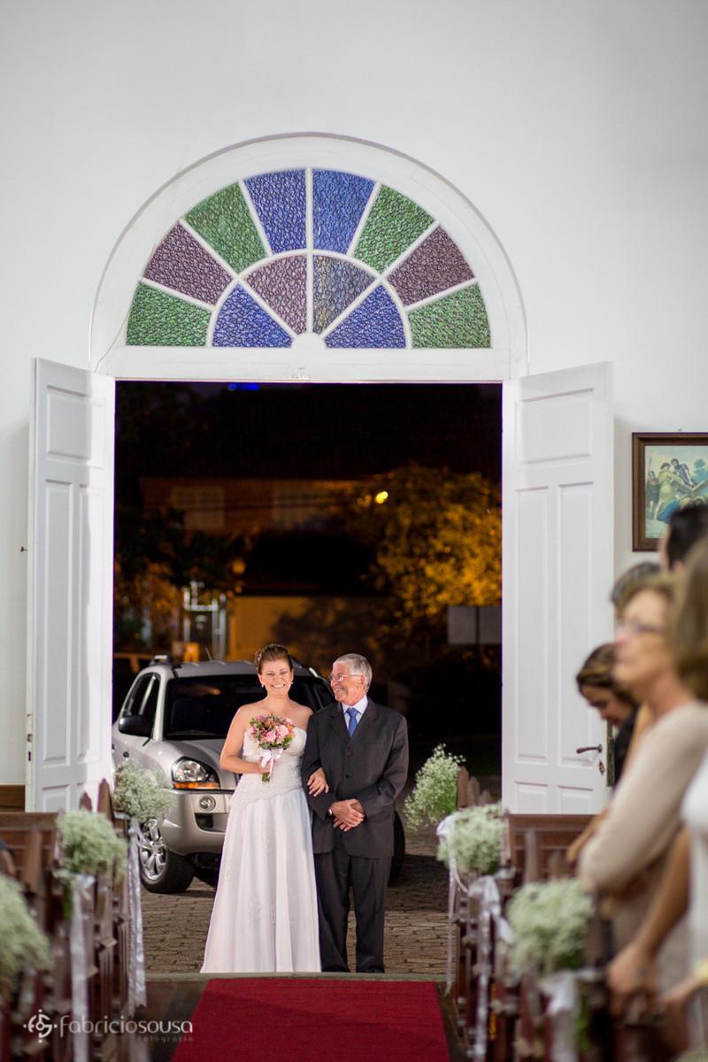 Noiva entrando na Igreja do bairro Santa Mônica