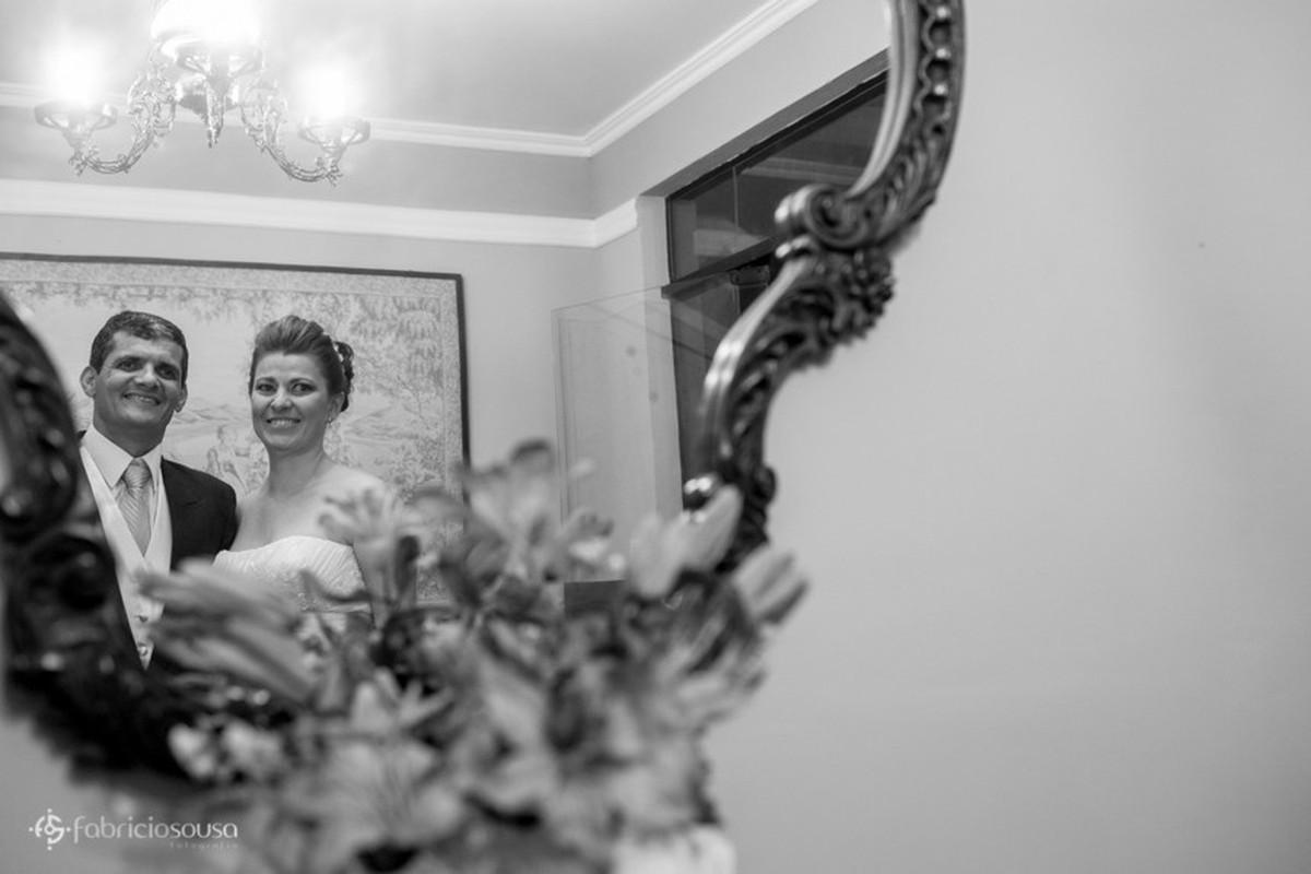 Casal de namorados posam em frente ao espelho em p