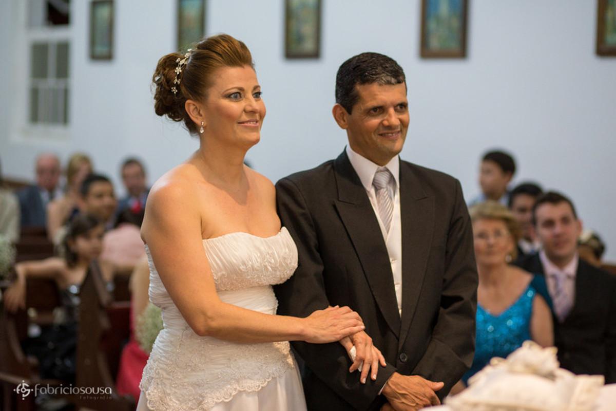 Casal de noivos ouvem atentos aos dizeres do Padre