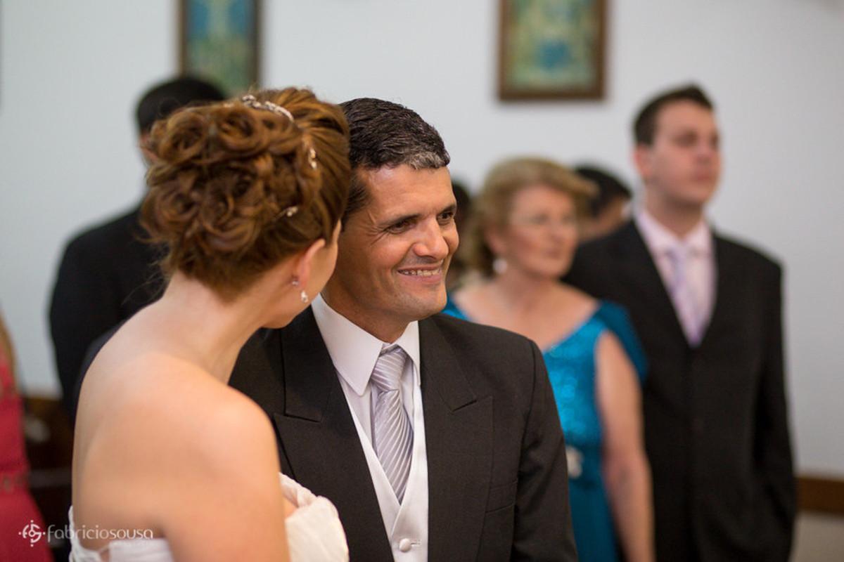 Casal de namorados felizes no altar