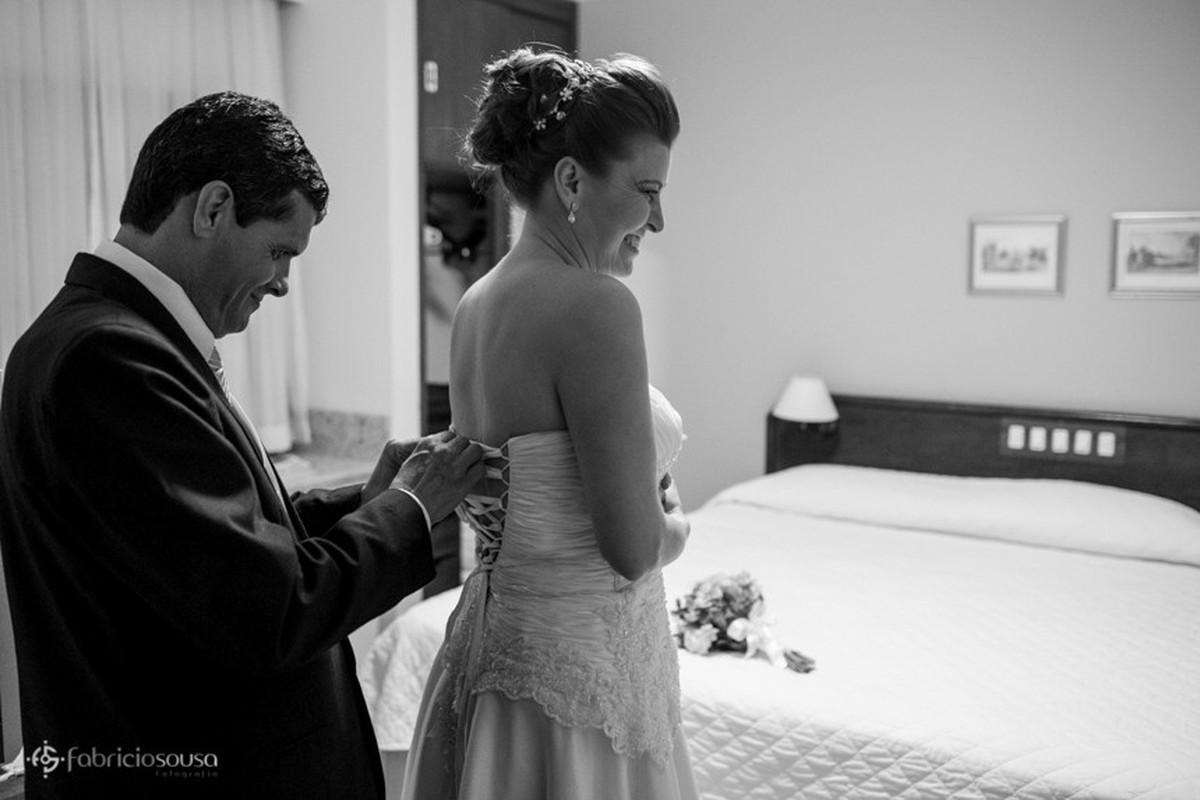 Julio ajuda Viviane com o vestido