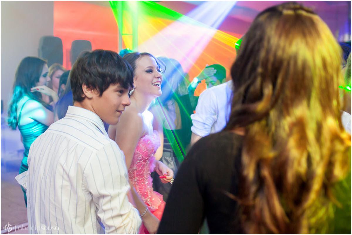 Késsia dançando em roda de amigos e luzes na pista de dança