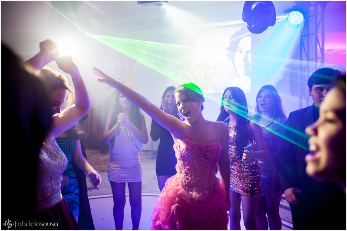 Dançando com as amigas entre as luzes e lasers na pista de dança