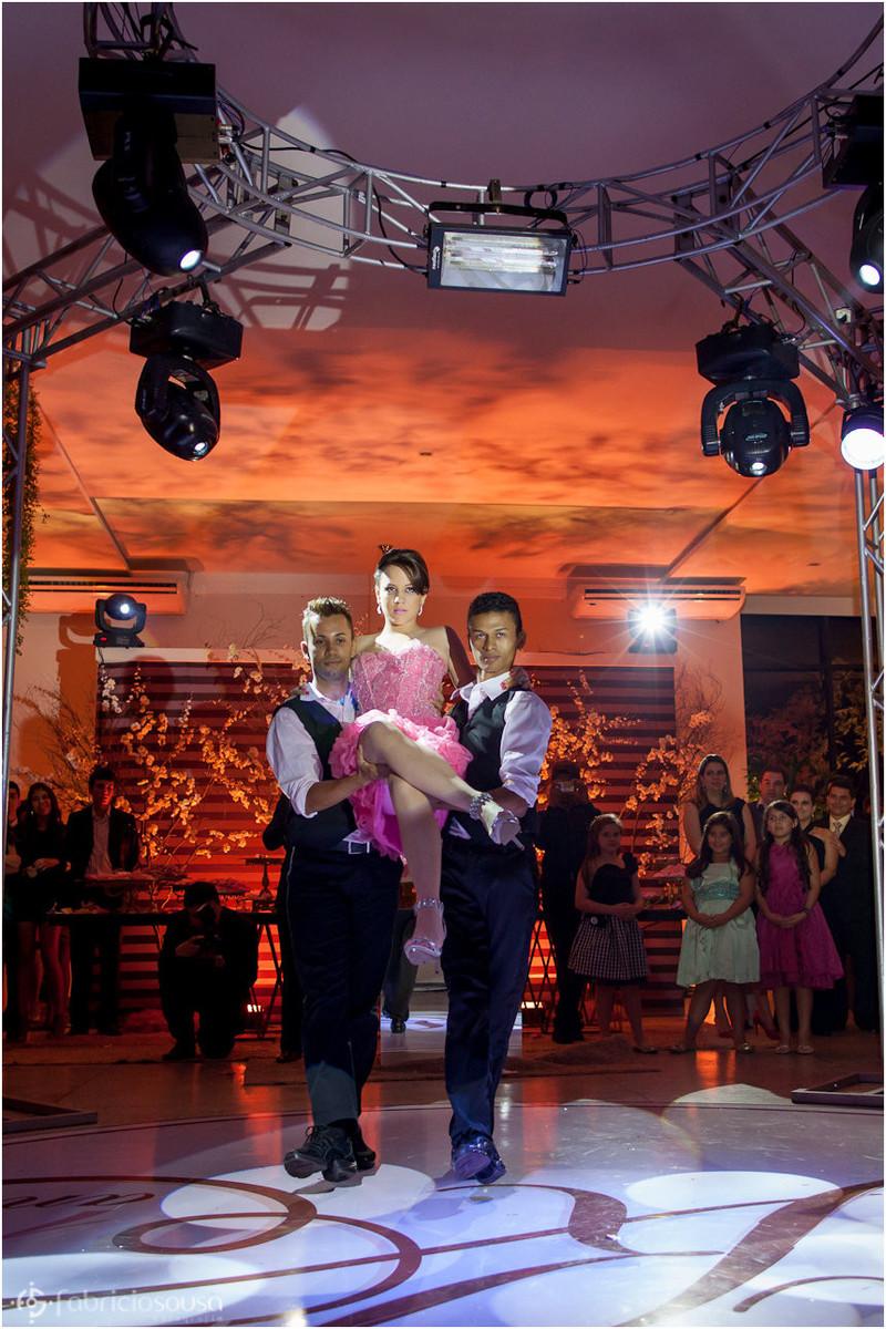 Késsia em passo de dança com 2 bailarinos