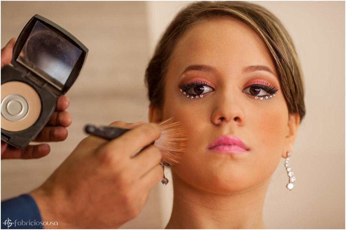 Finalizando últimos detalhes da maquiagem
