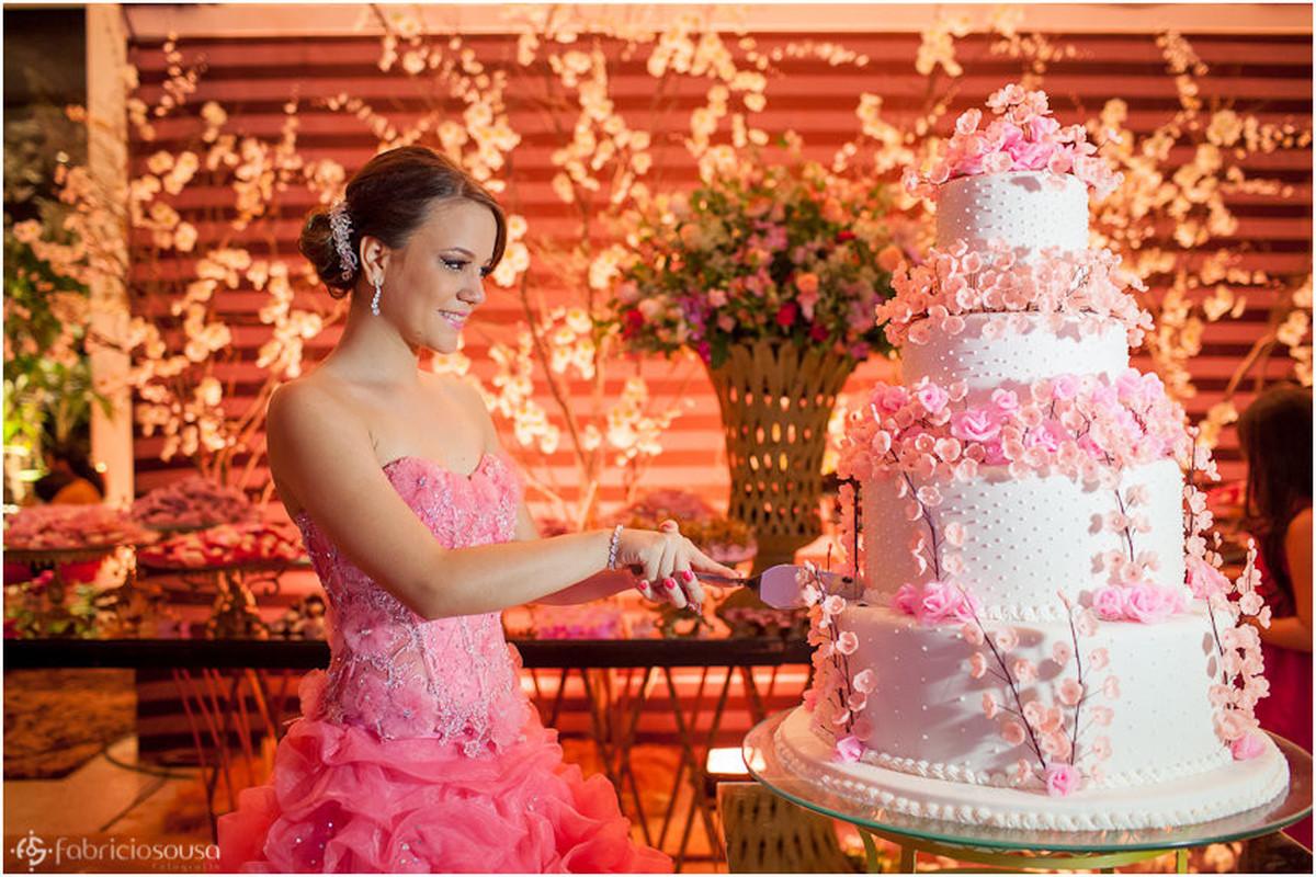 Késsia faz o primeiro corte do bolo de aniversário
