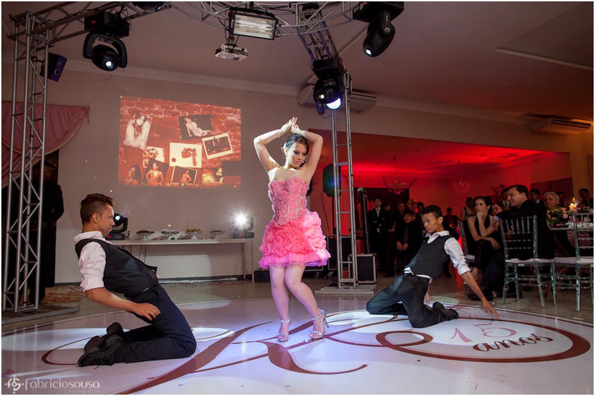 Coreografia da aniversariante junto com os dançarinos na pista de dança