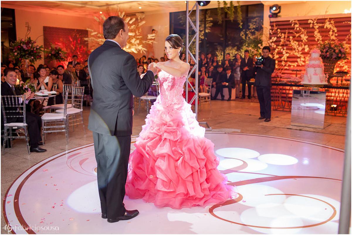 De vestido rosa dançando com o pai