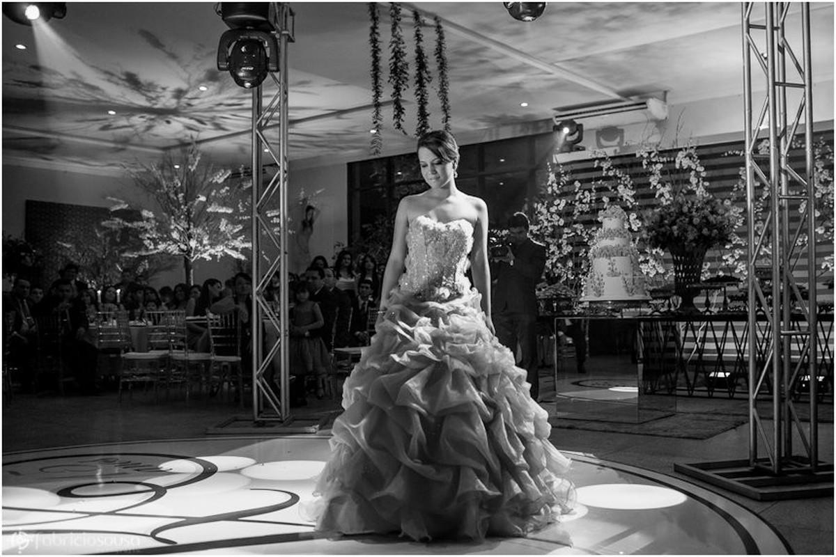 Bela jovem de vestido no centro da pista de dança