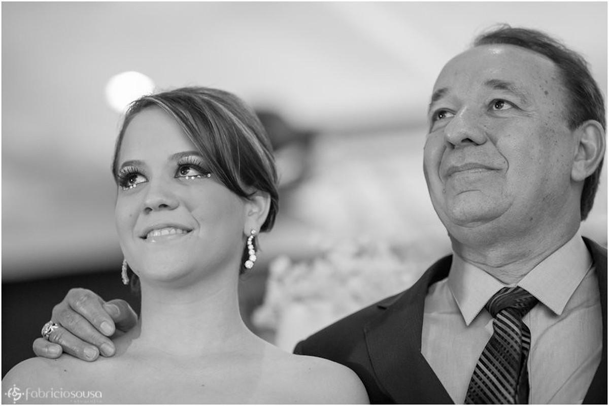 Pai e filha atentos às imagens na tela