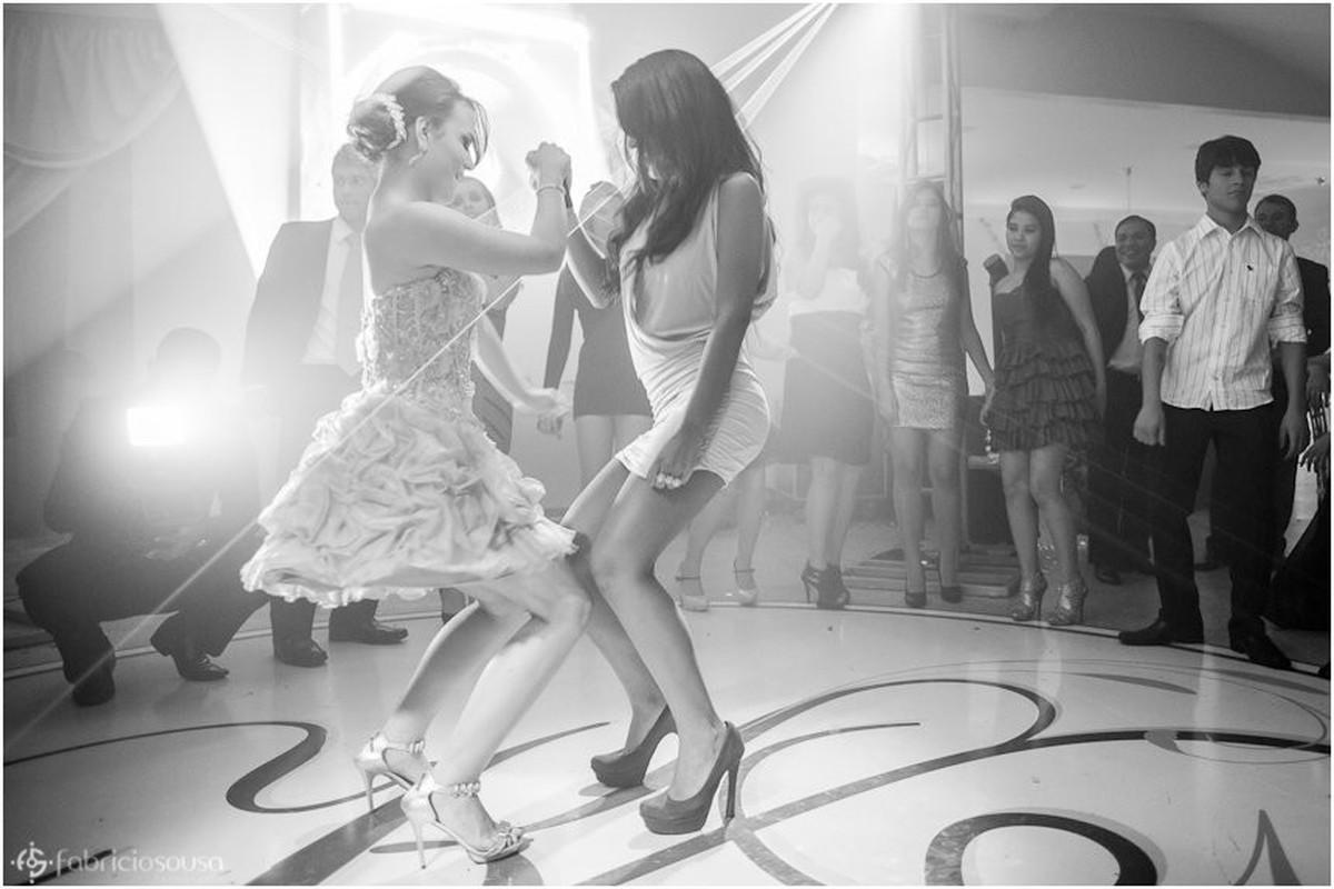 Passo de dança com amiga na pista da festa