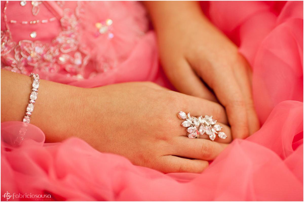 Close das mãos com anel