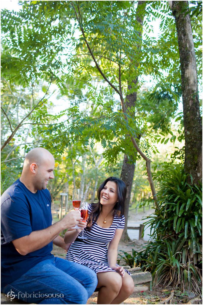 casal faz brinde no parque