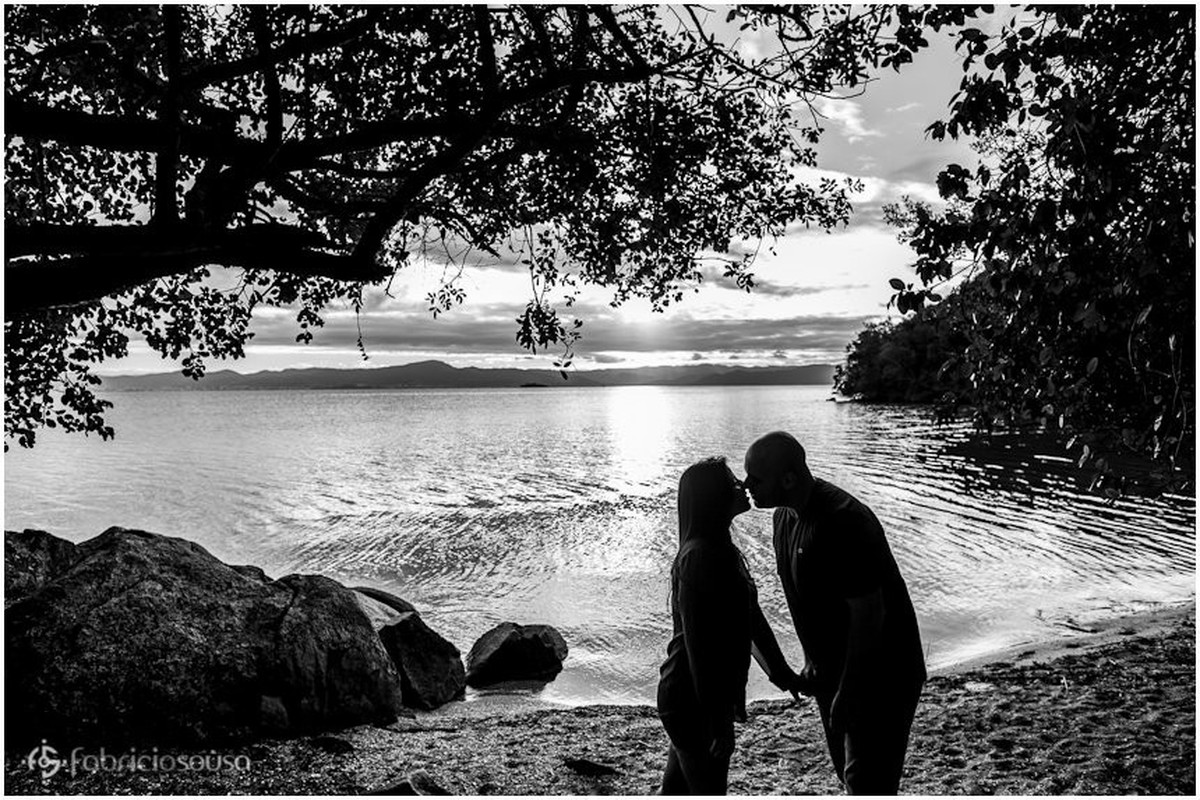 ensaio romântico na praia. casal se beijando.