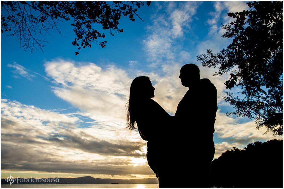 silhueta do casal apaixonado no final de tarde