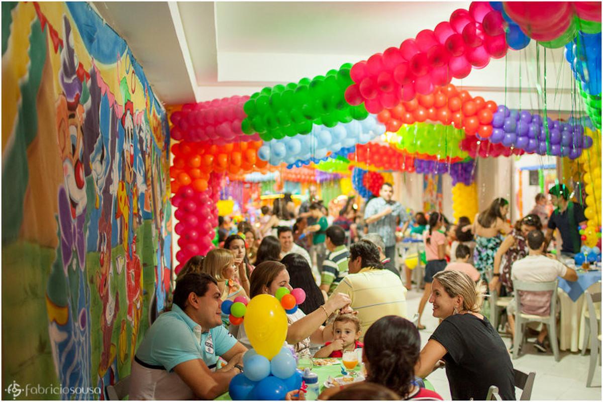 convidados na festa com balões coloridos