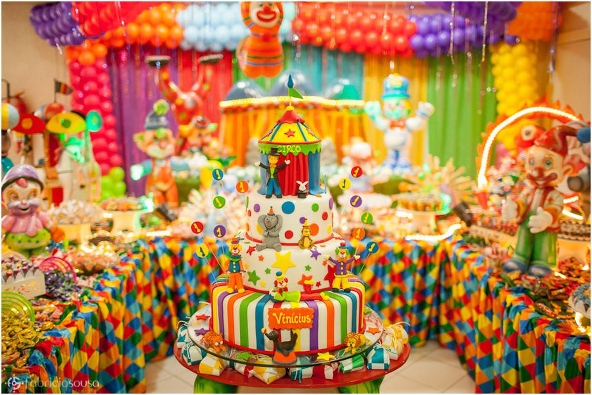 Bolo de aniversário e decoração multicolorida