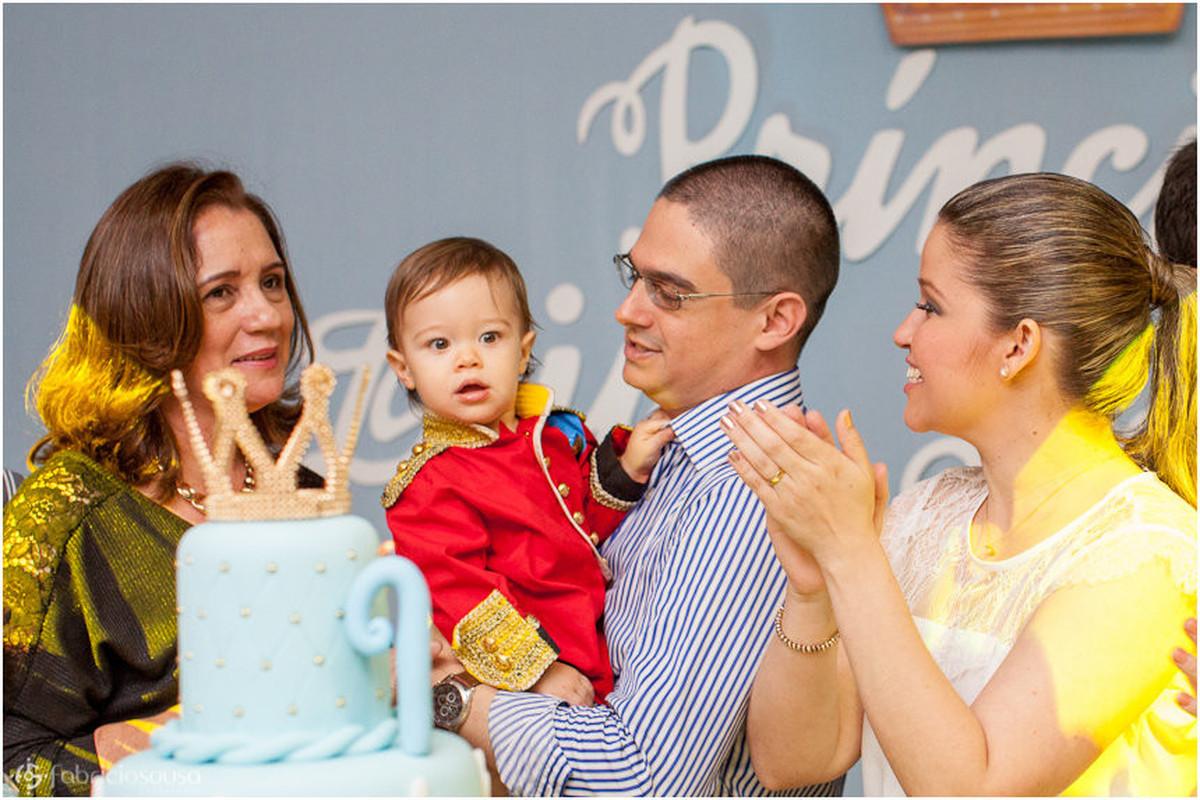 Família com o aniversariante em torno do bolo