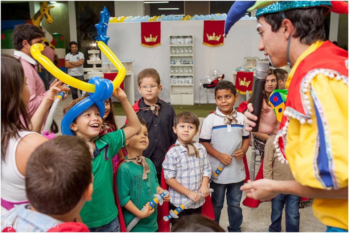 Criançada se divertindo com animador de festas