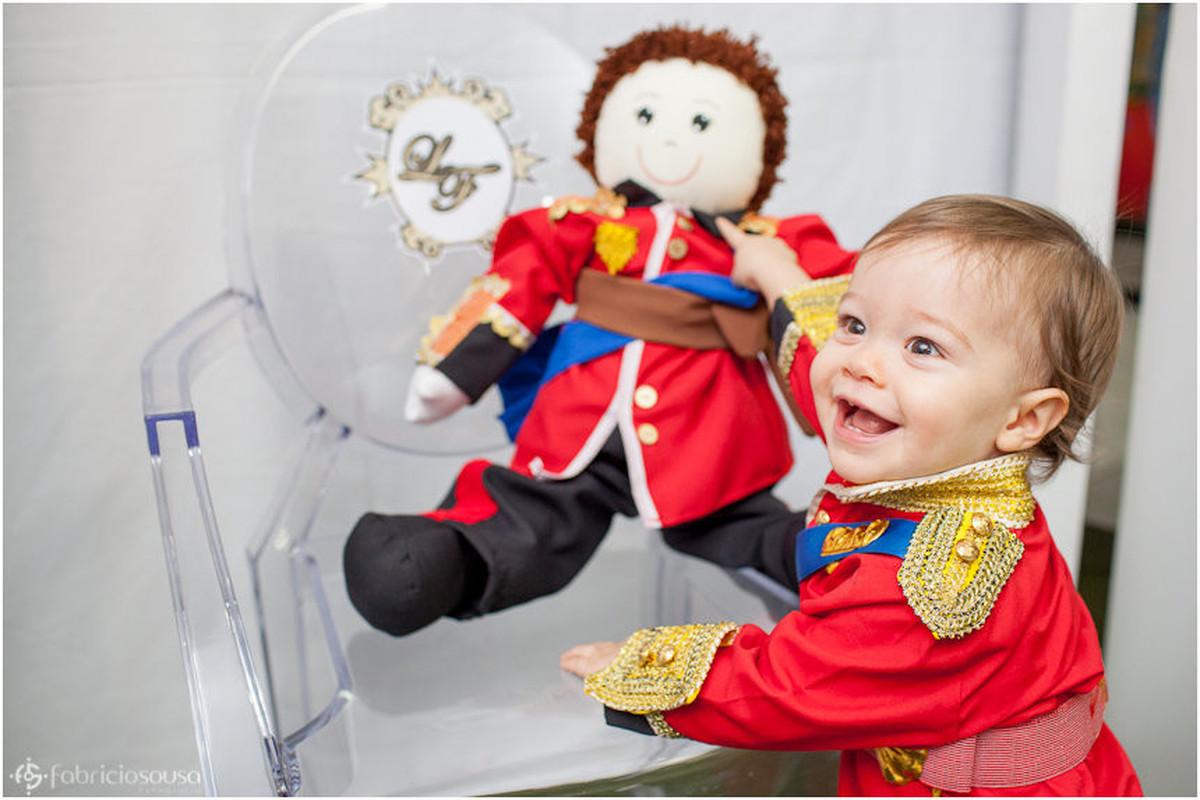 Felipe brincando com pequeno príncipe