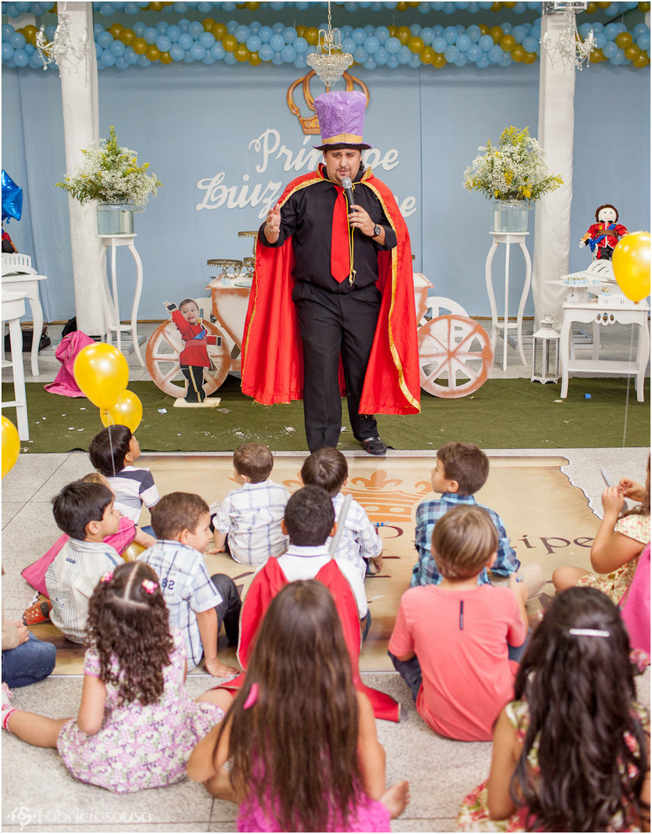 o mágico divertindo as crianças na festa