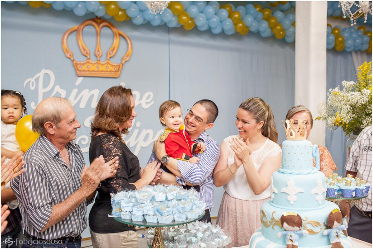 família alegre cantando parabéns