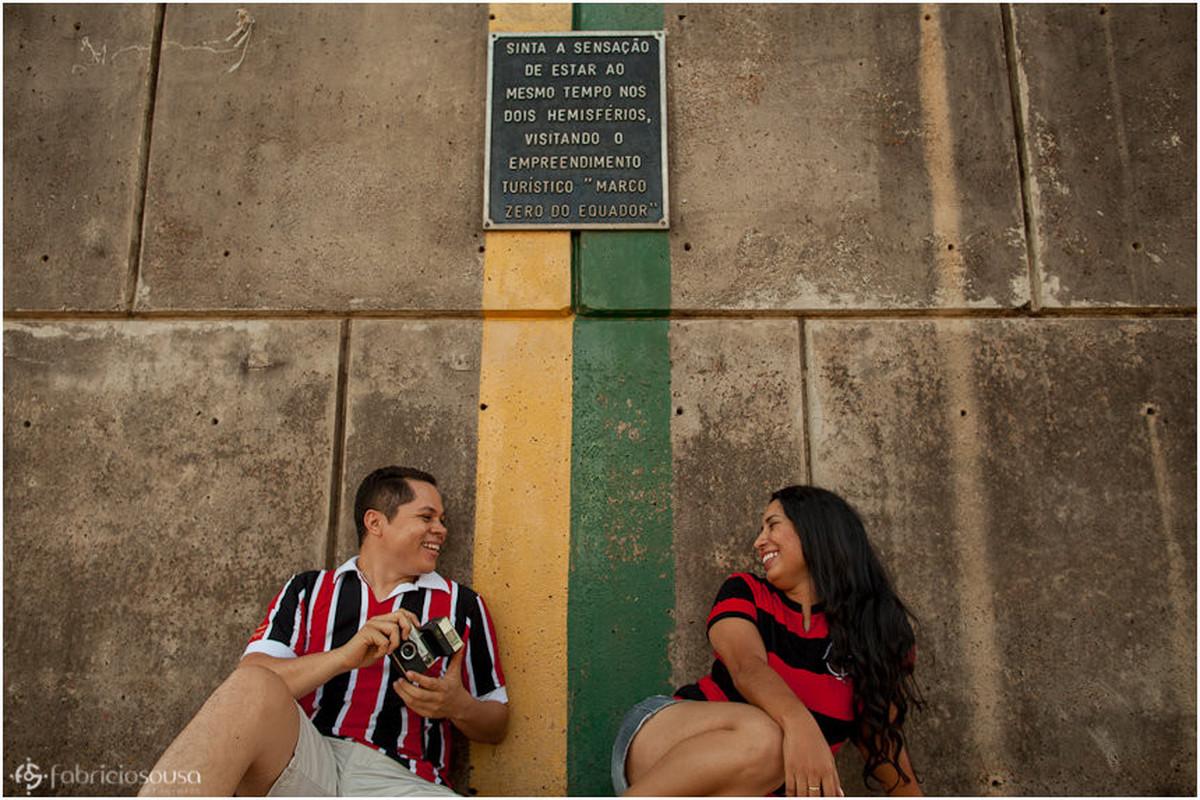Arilson e Cristiane sentados de cada lado da linha do marco zero