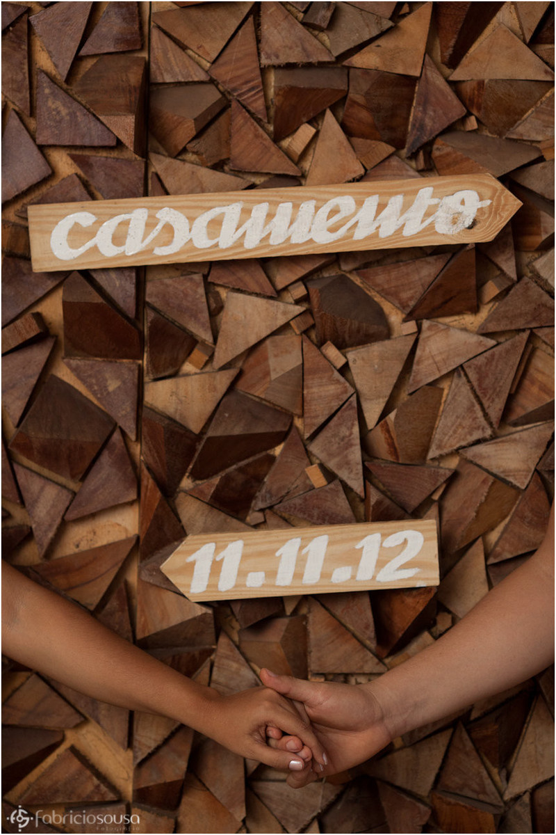 Placa de madeira com a data do casamento