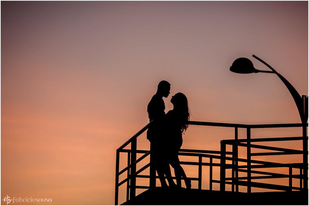 Por do sol em Macapá com namorados abraçados em contra luz