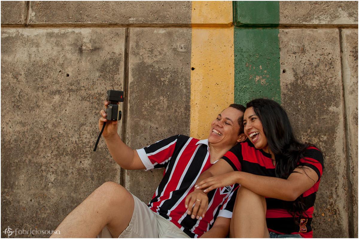 Casal de namorados se divertem tirando uma selfie no marco zero