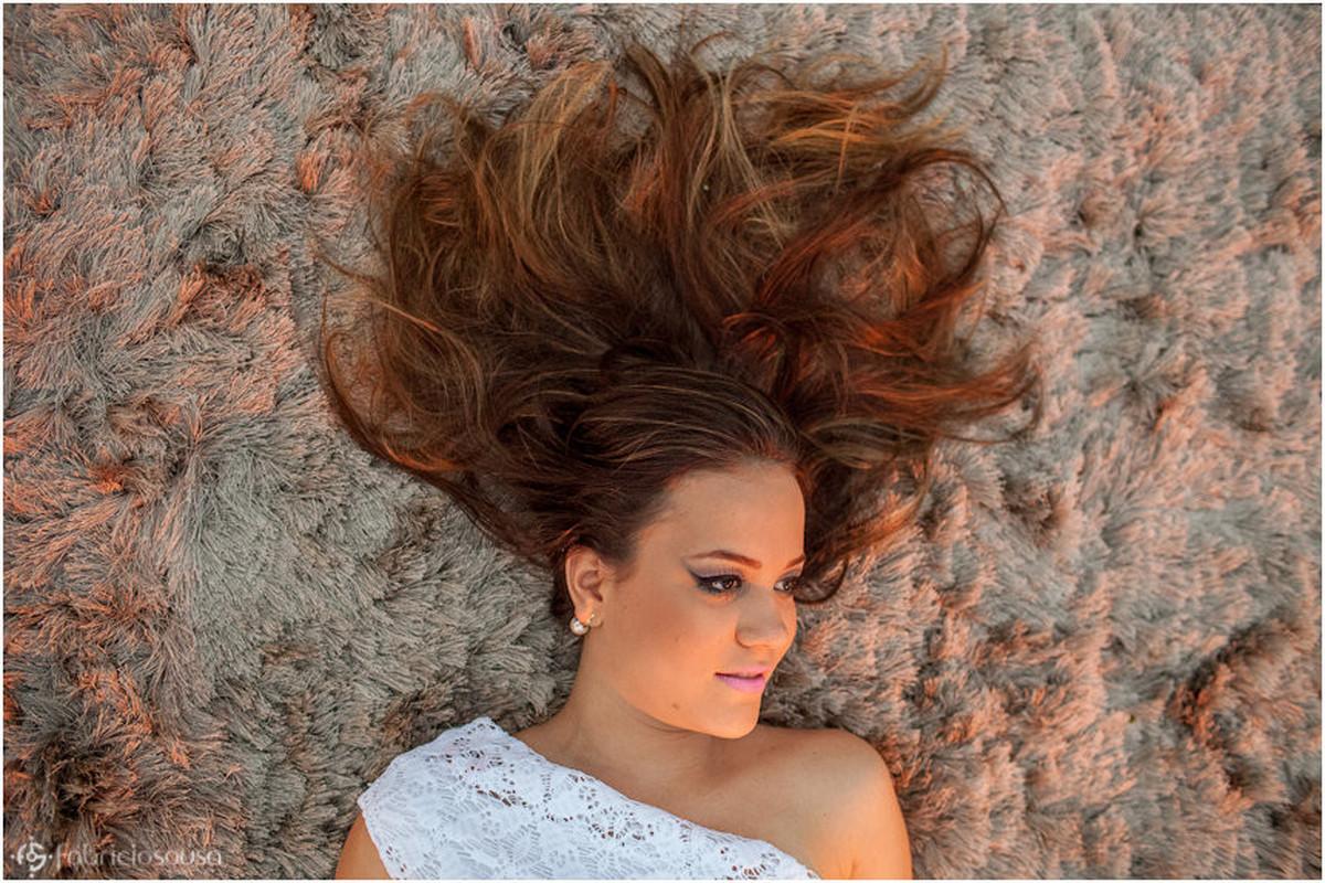 Aniversariante deitada com cabelo esticado no chão